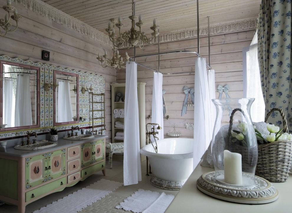 Белые занавески вокруг ванной в деревенском доме