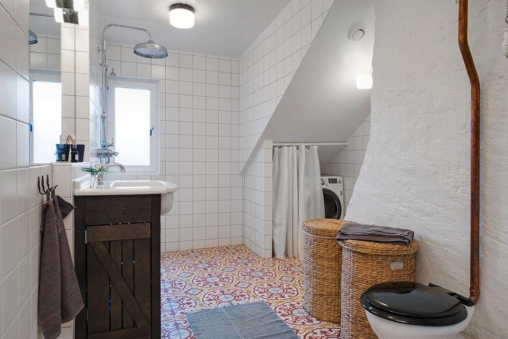 Ванная в мансарде в скандинавском стиле