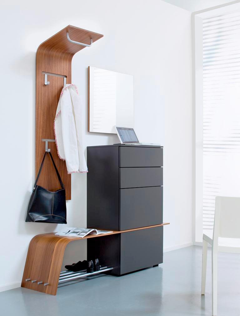 Стильная мебель в светлой прихожей