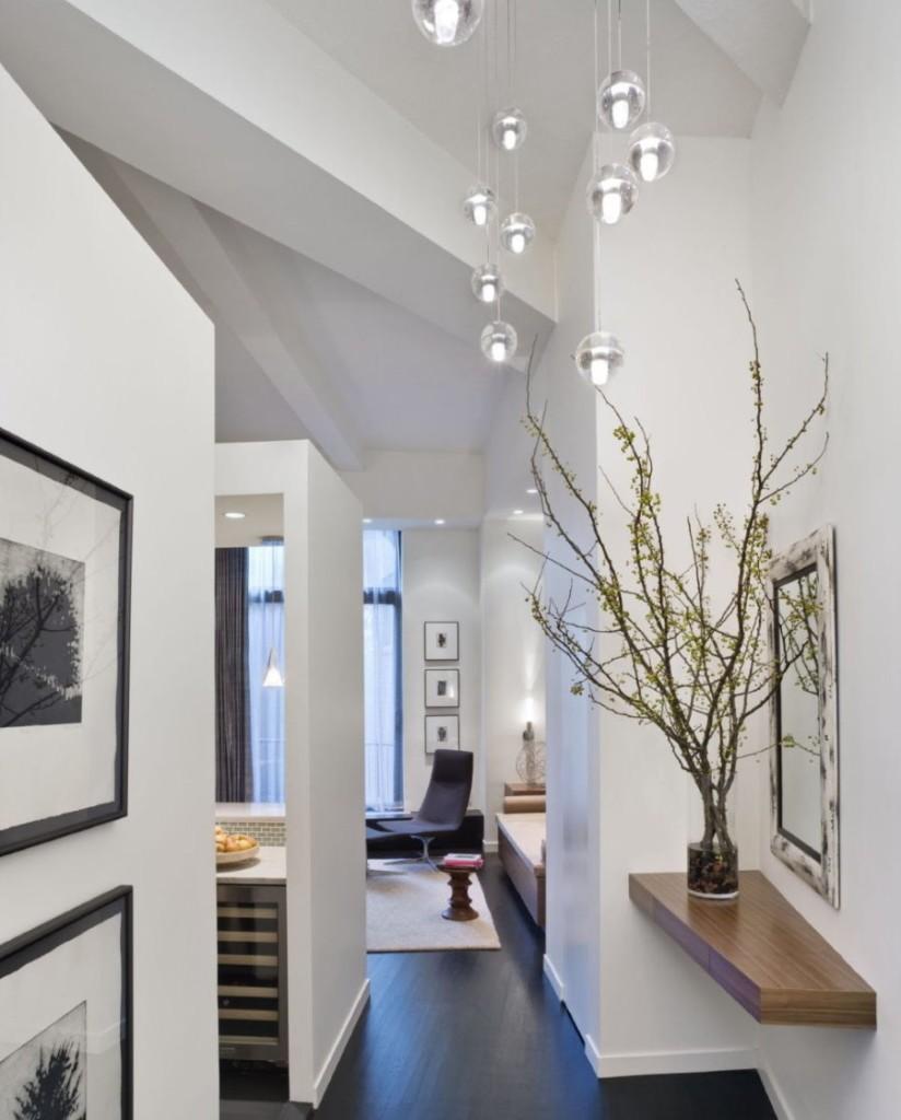 Подвесные светильники на белом потолке прихожей