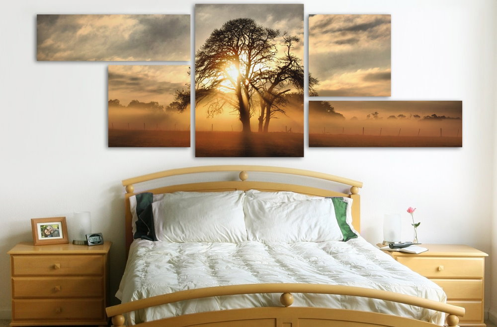 Восход солнца на картине в спальне