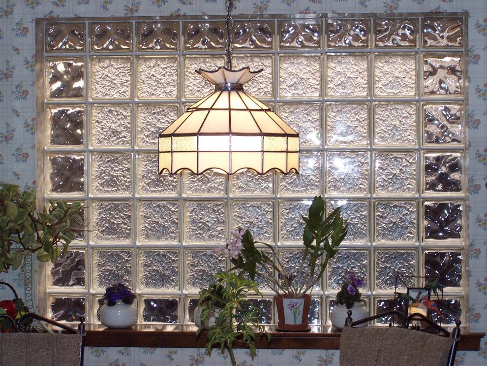 Стена кухни со вставкой из стеклоблоков