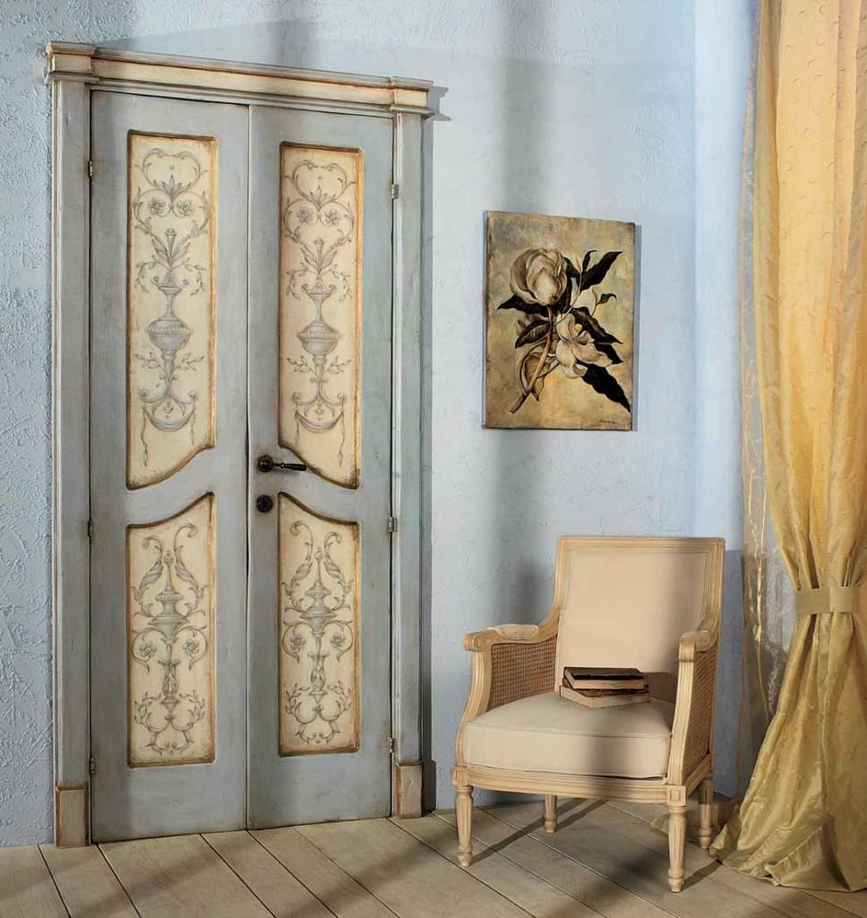 Филенчатая дверь под старину в интерьере квартиры