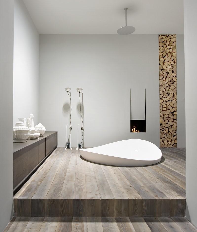 Встроенная акриловая ванна в деревянном подиуме