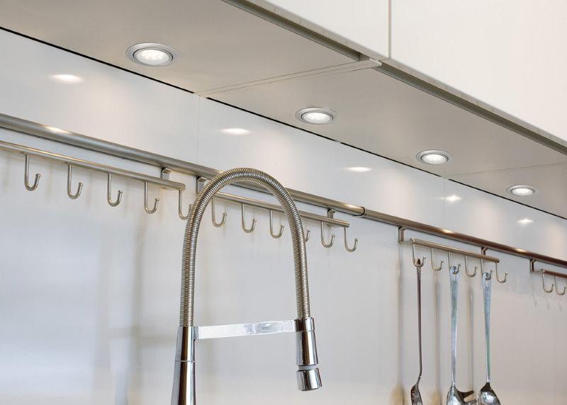Нижняя панель кухонного шкафа со встроенными светильниками