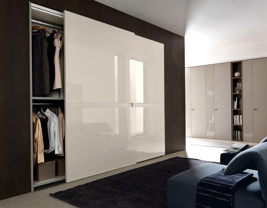 Раздвижные дверцы шкафа в прихожей частного дома
