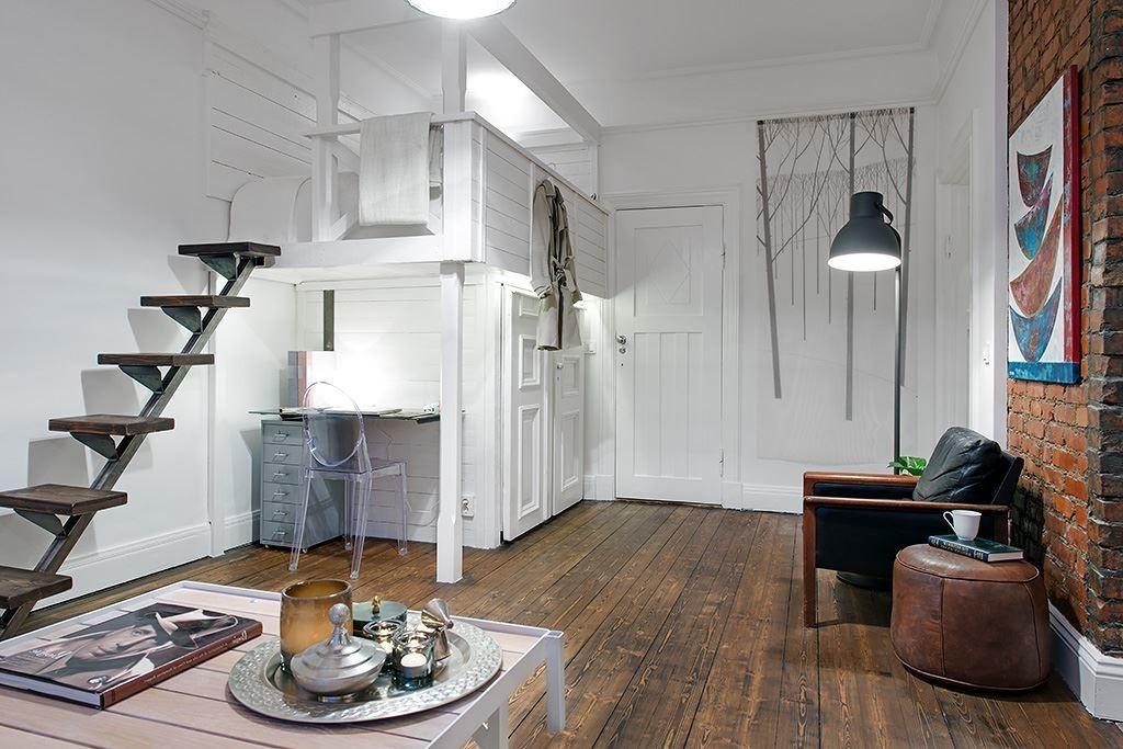 Спальное ложе на втором ярусе в квартире с высоким потолком