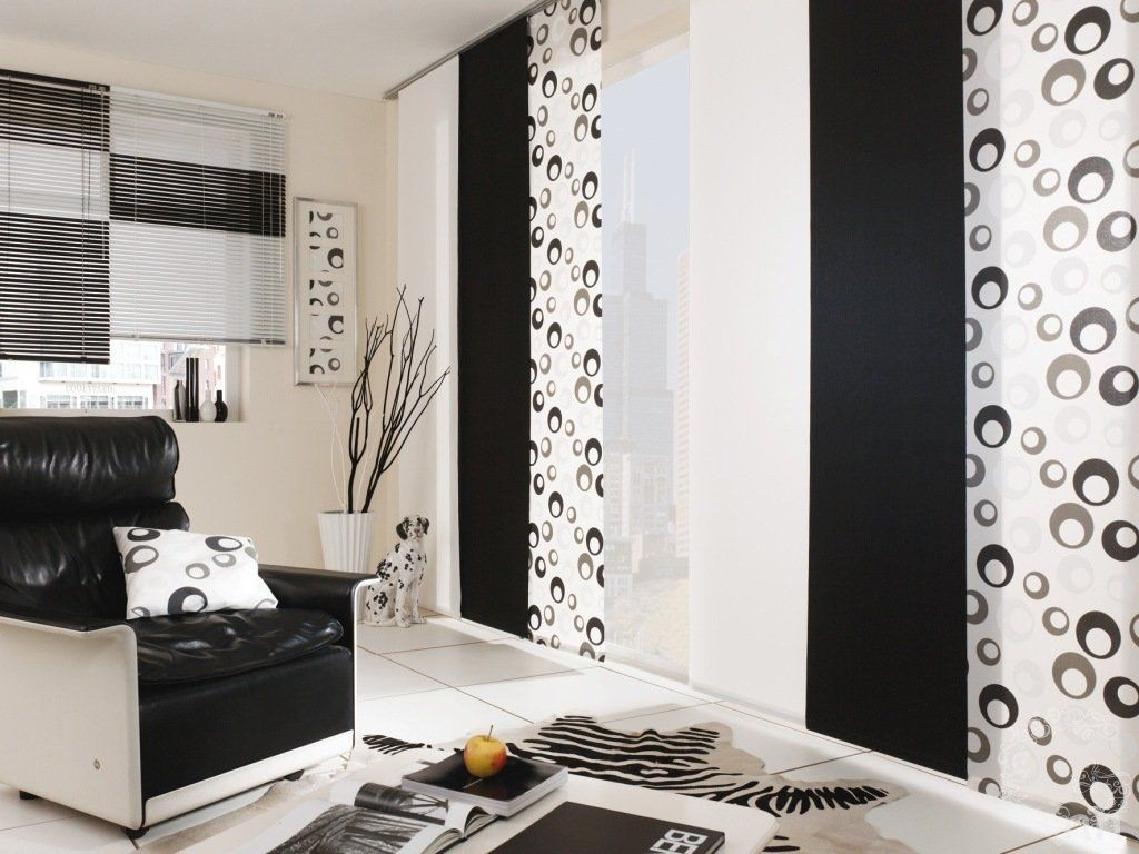 Черно-белые шторы японского типа в гостиной