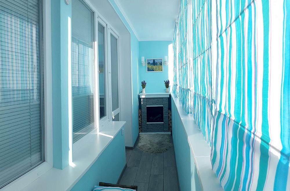 Яркие бирюзовые шторы на балконе кухни