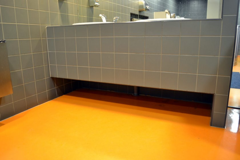 Оранжевый наливной пол в ванной комнате