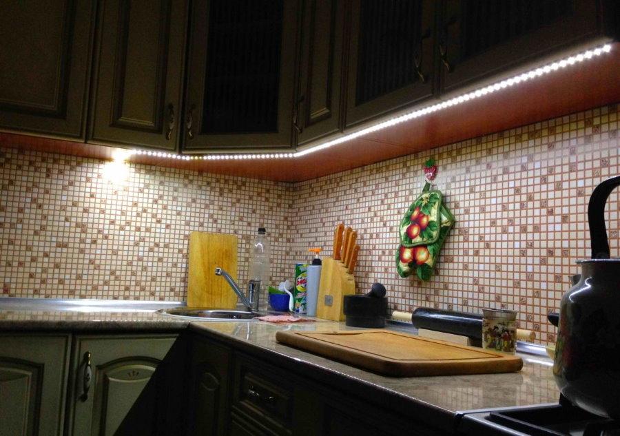 Открытая светодиодная лента над кухонным фартуком