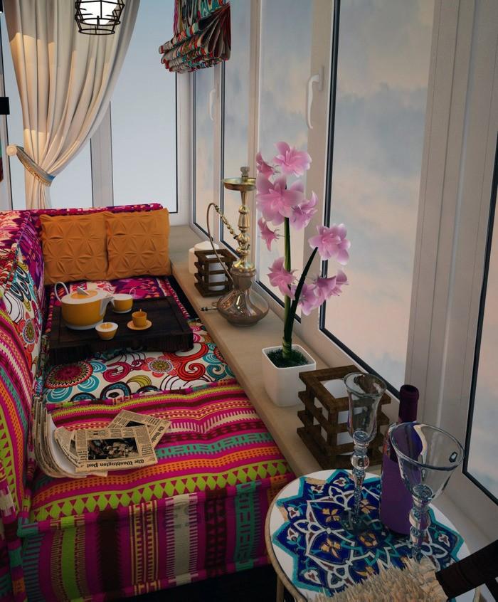 Яркий текстиль в интерьере балкона квартиры