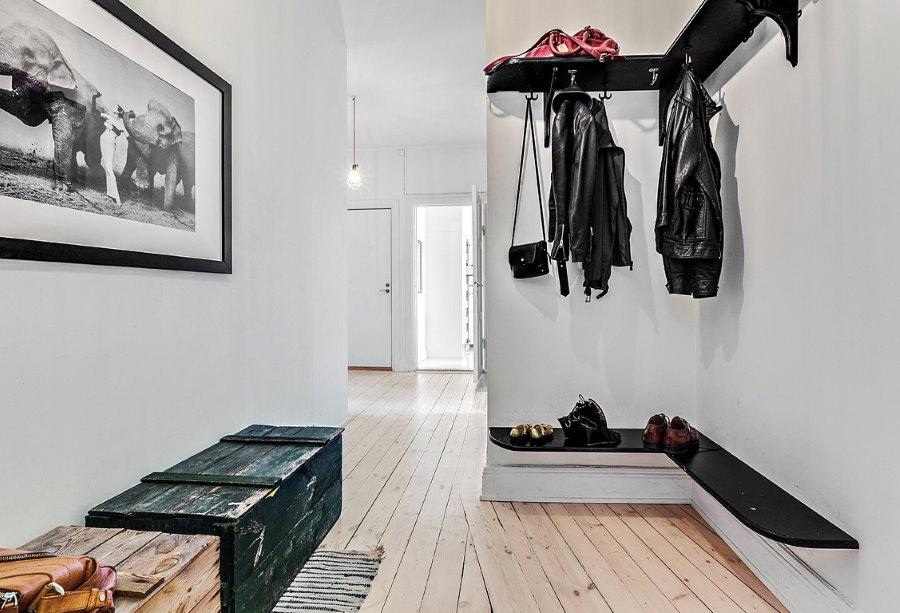 Ящики на полу скандинавской прихожей