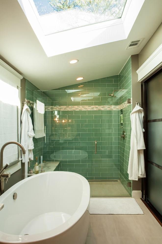 Небольшая ванная с окном в крыше мансарды
