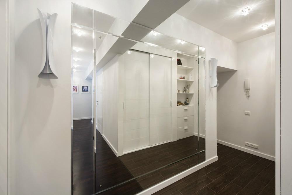 Зеркальная стене в узкой прихожей