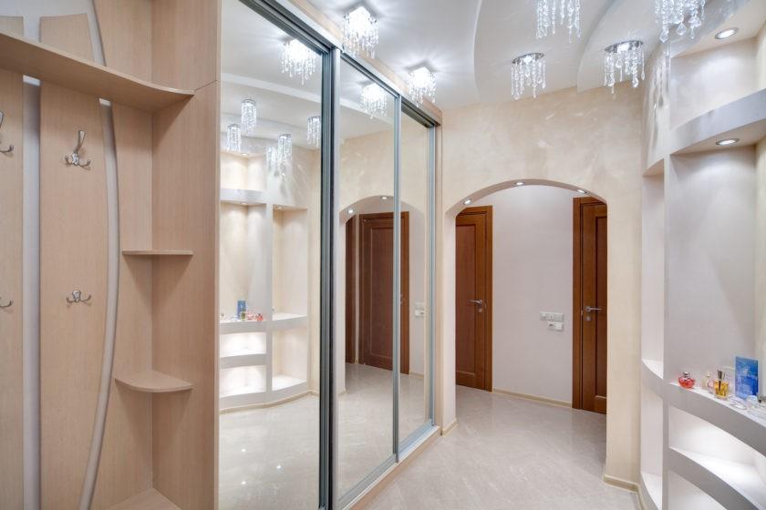 Зеркальные дверцы шкафа в прихожей стиля минимализма