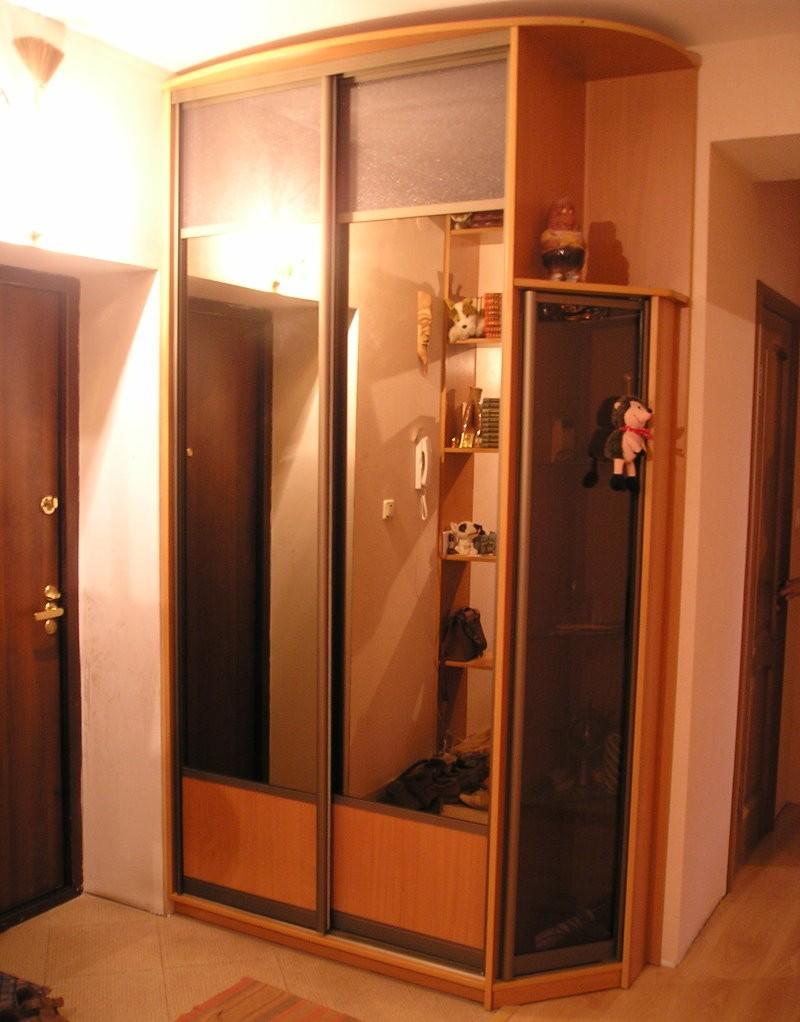 Зеркальный шкаф-купе в прихожей квартиры-брежневке