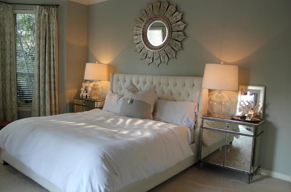 Декорирование зеркалом стены над кроватью