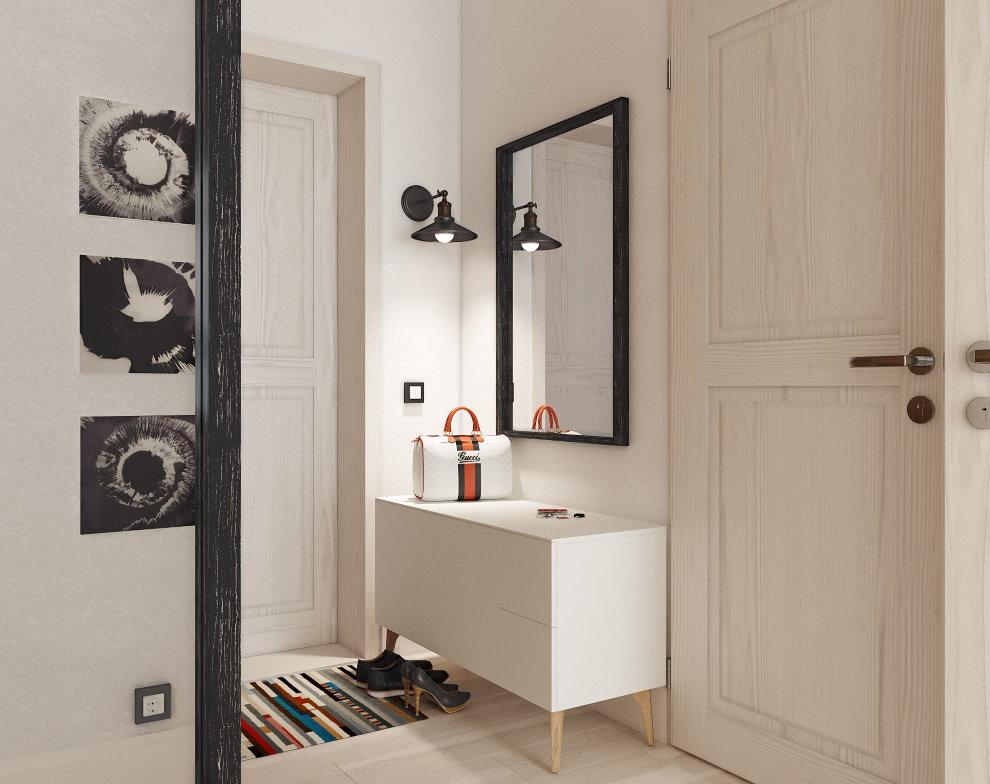 Зеркало в тонкой оправе черного цвета