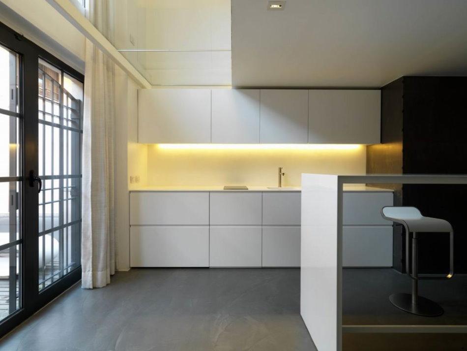 Желтая подсветка кухни в стиле минимализма