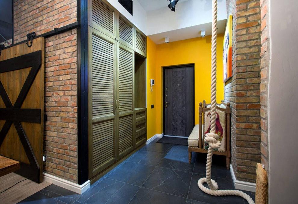 Черная дверь в желтой стене прихожей