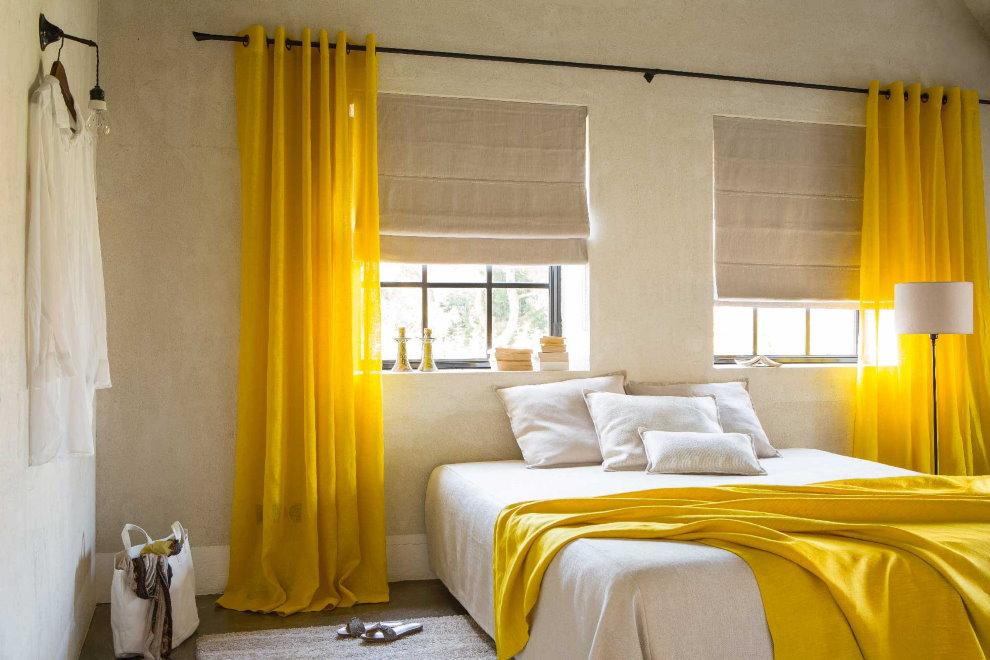 Интерьер спальни с желтыми занавесками
