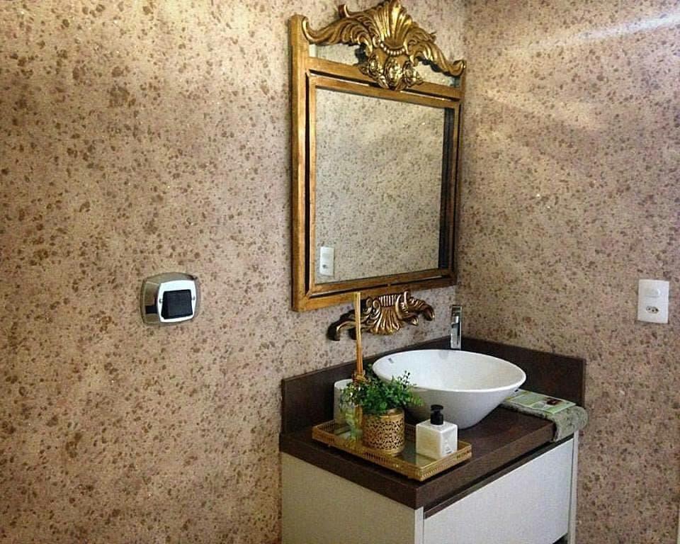 Зеркало в красивой рамке на стене с жидкими обоями