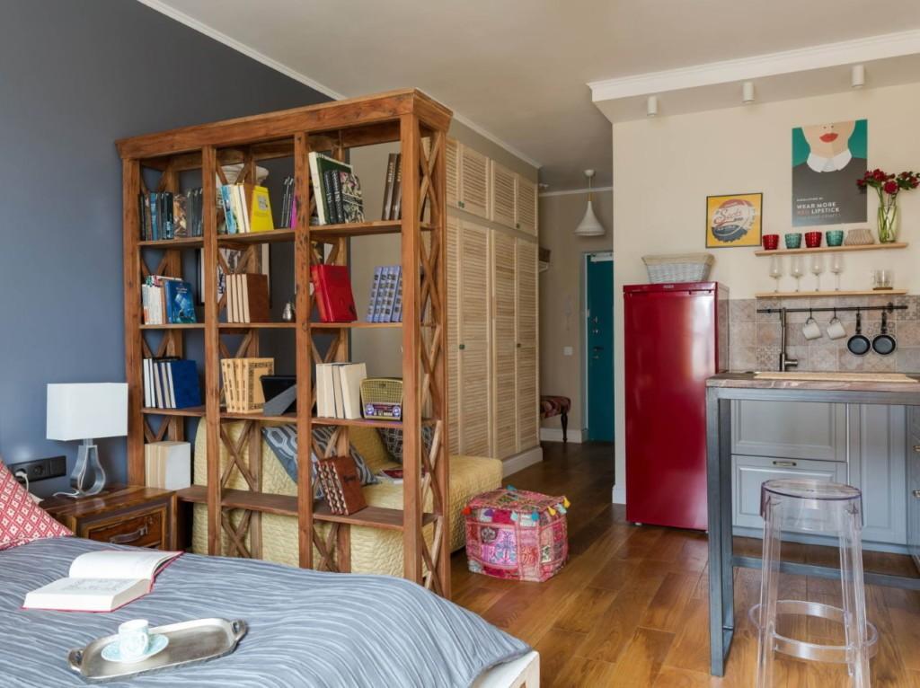 Раскрытая книга на кровати в квартире