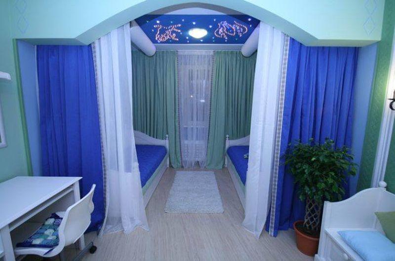 Зонирование детской комнаты шторами синего цвета