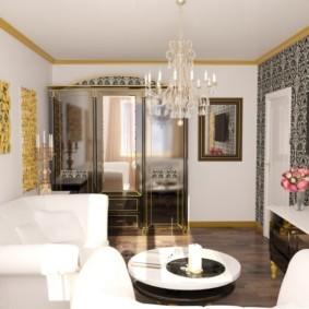 Тканевая обивка мягкой мебели в гостиной с лестницей