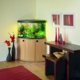 аквариум в углу гостиной