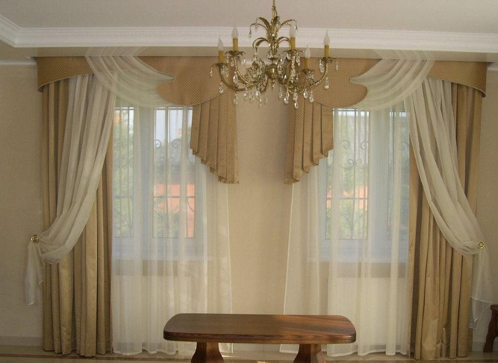Декор окон гостиной с помощью асимметричных штор