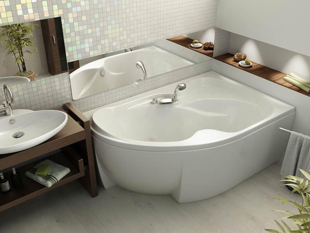 Асимметричная ванна в комнате с нишами в стене
