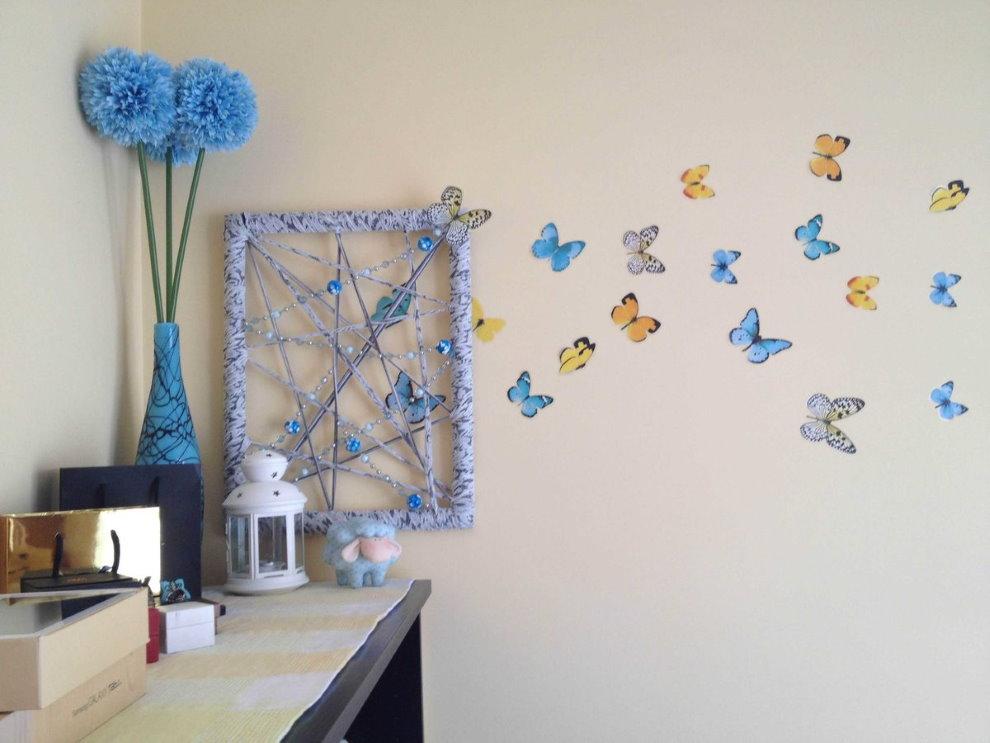 Нарисованные бабочки на стене детской комнаты