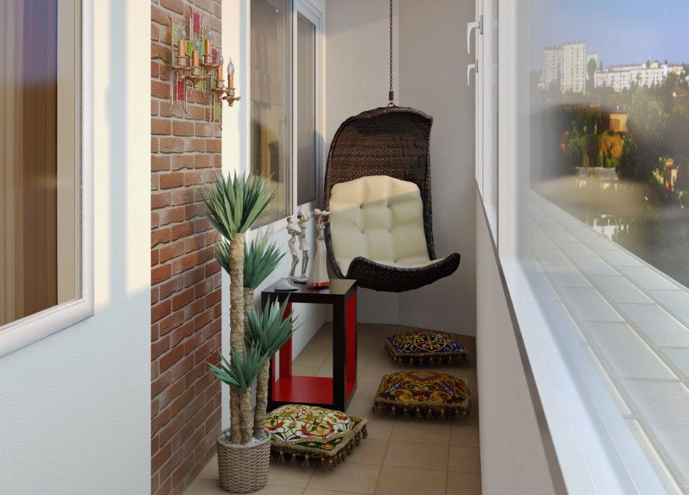 Подвесной кресло на застекленном балконе