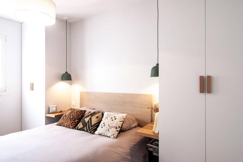 Подвесные светильники в белой спальне