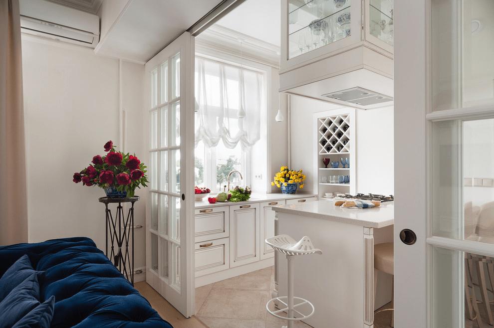 белая кухня с перегородкой