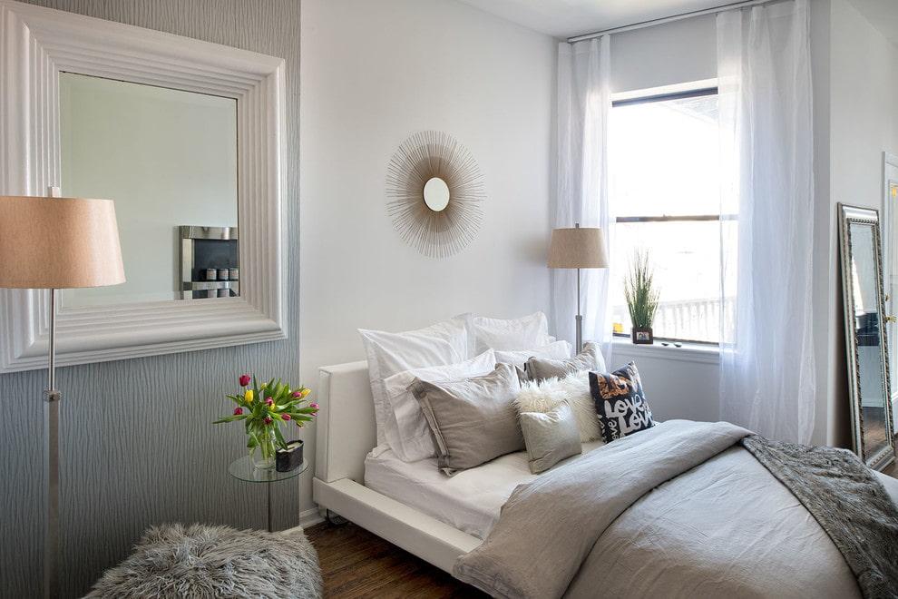 Место для зеркала в интерьере спальной комнаты