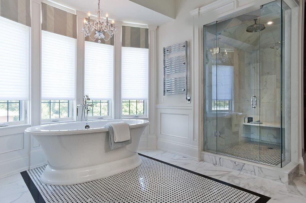 Белая акриловая ванна в комнате с эркером
