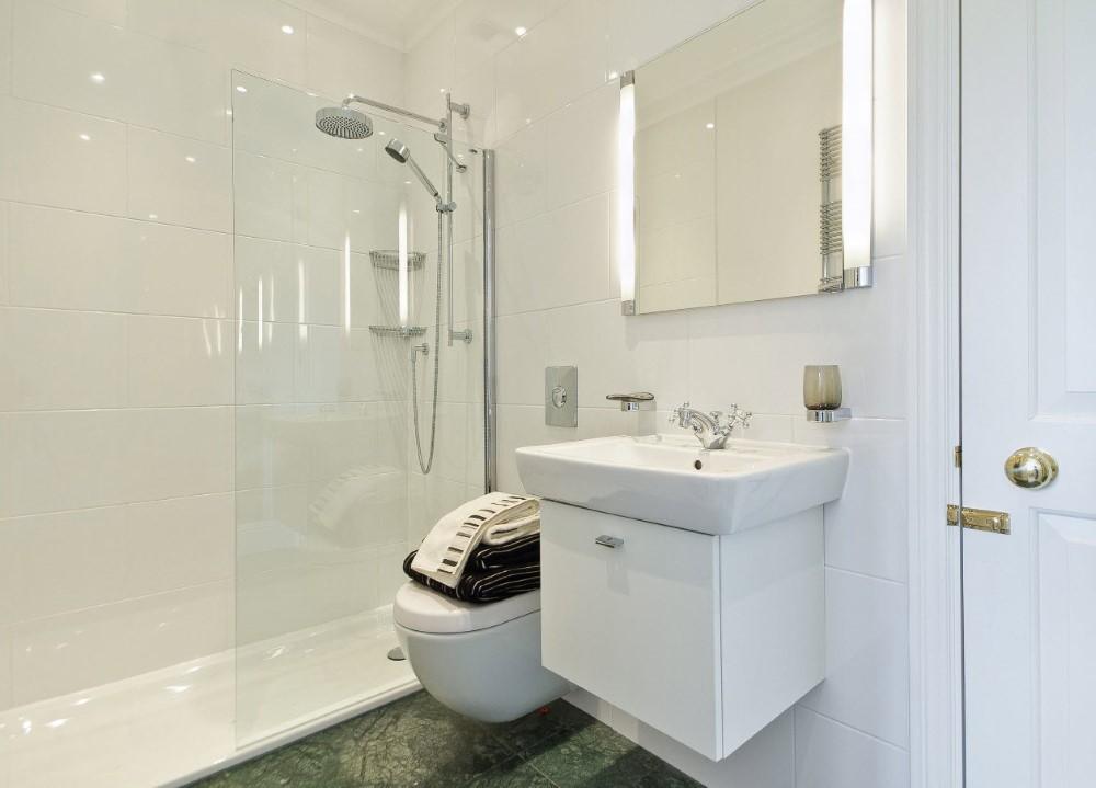 Дизайн ванной в панельном доме в белом цвете