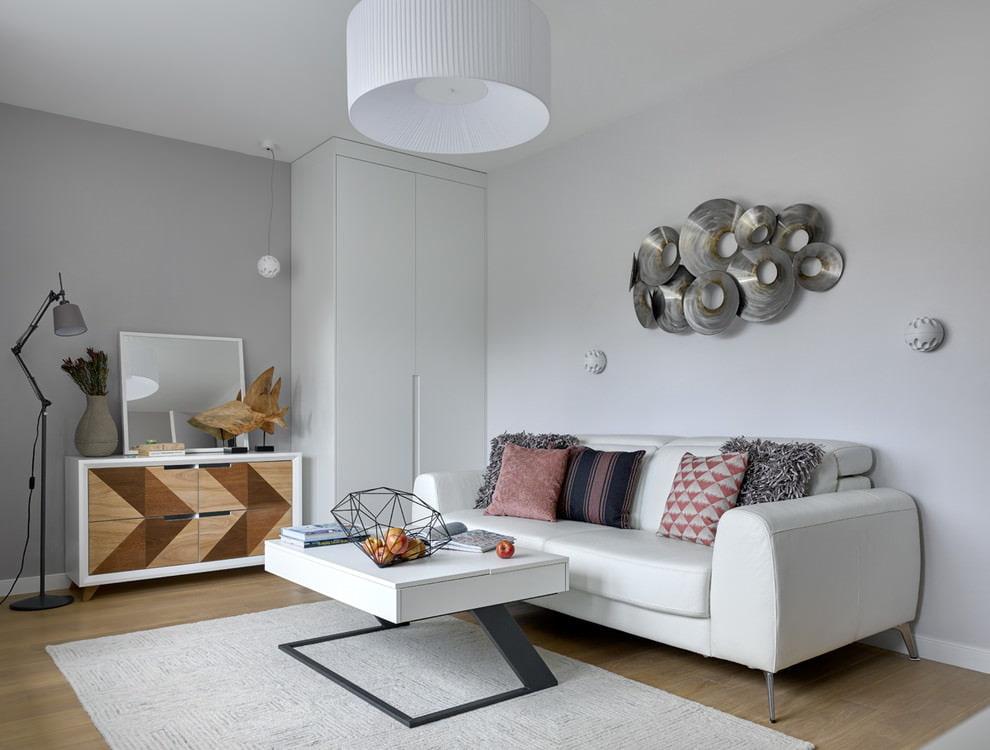 Светлый диван в небольшой гостиной