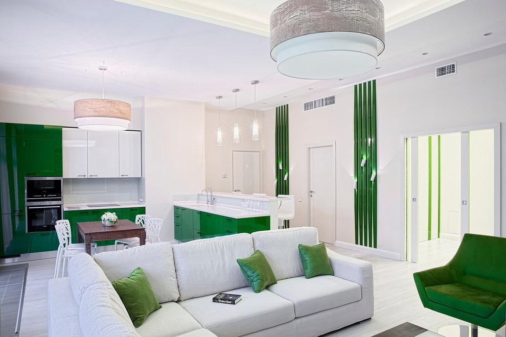 Зеленые акценты в белой кухне-гостиной