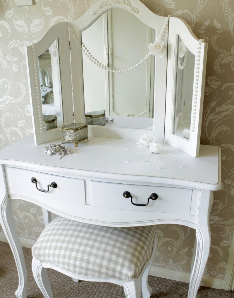 Белое трюмо для спальни в классическом стиле