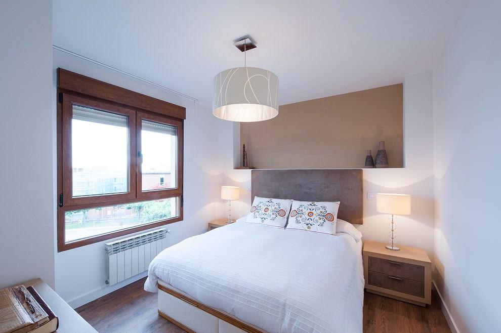 Белый потолок под покраску в маленькой спальне