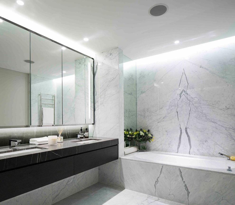 Белый мрамор в интерьере ванной
