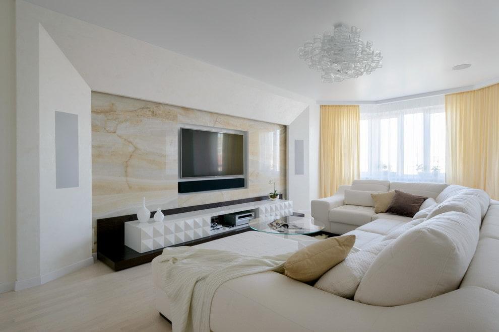 Белый потолок гостиной в загородном доме