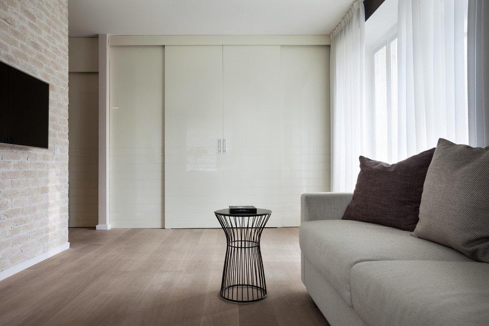Белый шкаф-купе в зале минималистического стиля