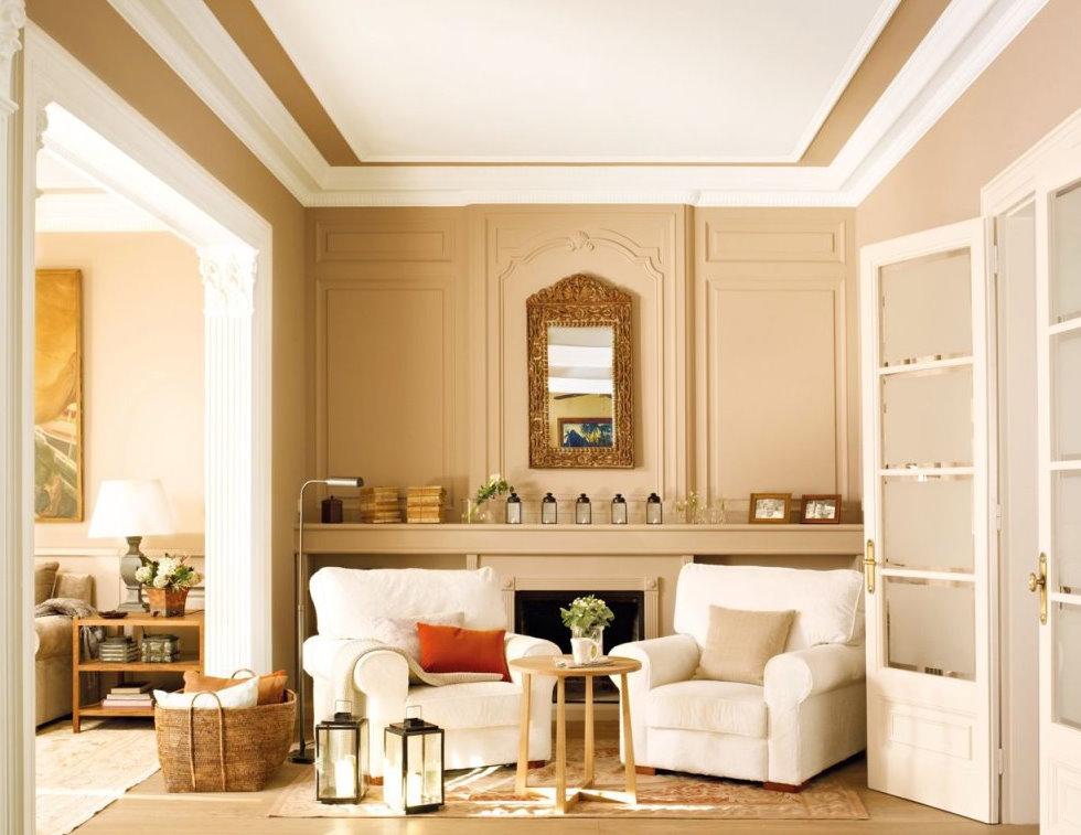 Бежевые стены комнаты с белой мебелью