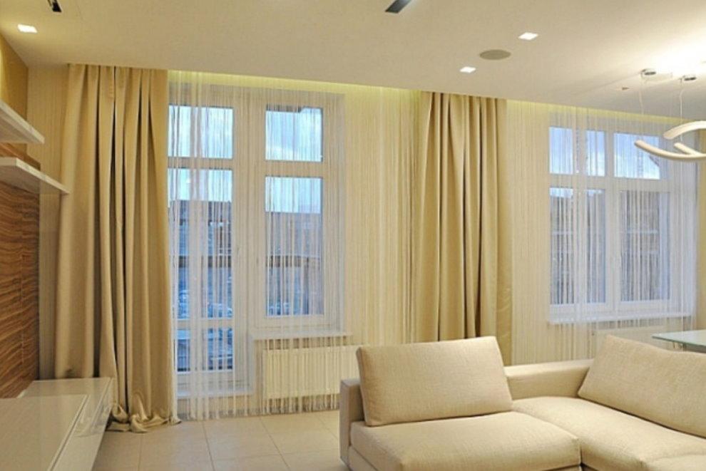 Плотные шторы на окне гостиной в квартире