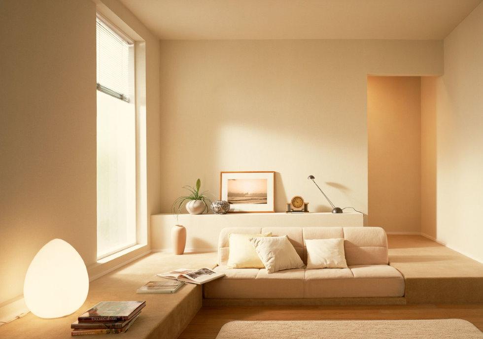 Минимум мебели в гостиной бежевого цвета